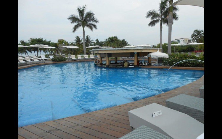 Many of the pools offer full menus and a beverage service